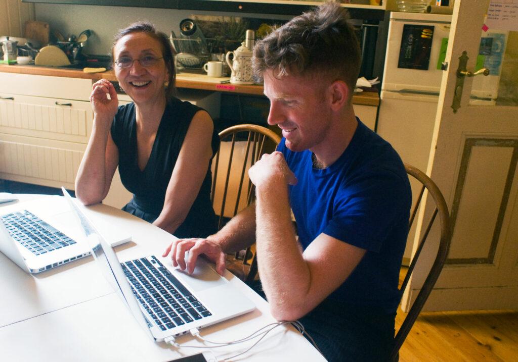 Martine Neddam and James Hudson in der Küche. Sie arbeiten an MyDesktopLife